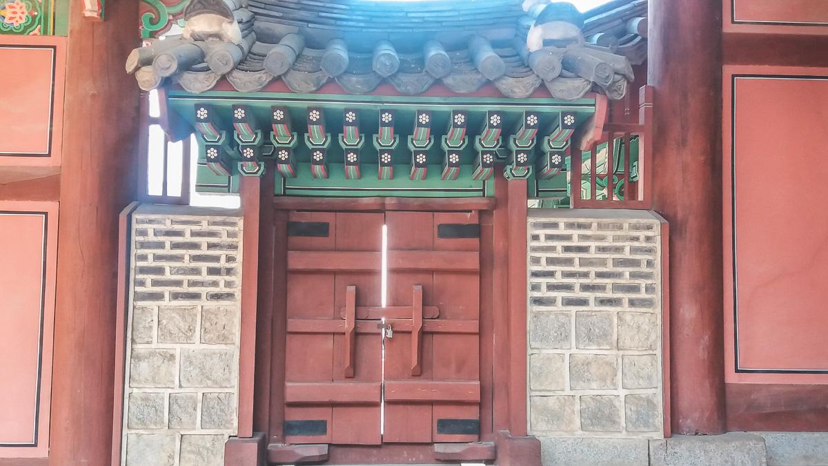 Une porte à Gyeonghuigung