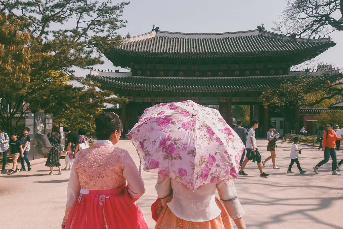 Donhwamun la porte principale de Changdeokgung et des personnes en Hanbok