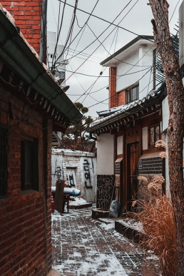 Ruelle enneigée au Bukchon Hanok Village