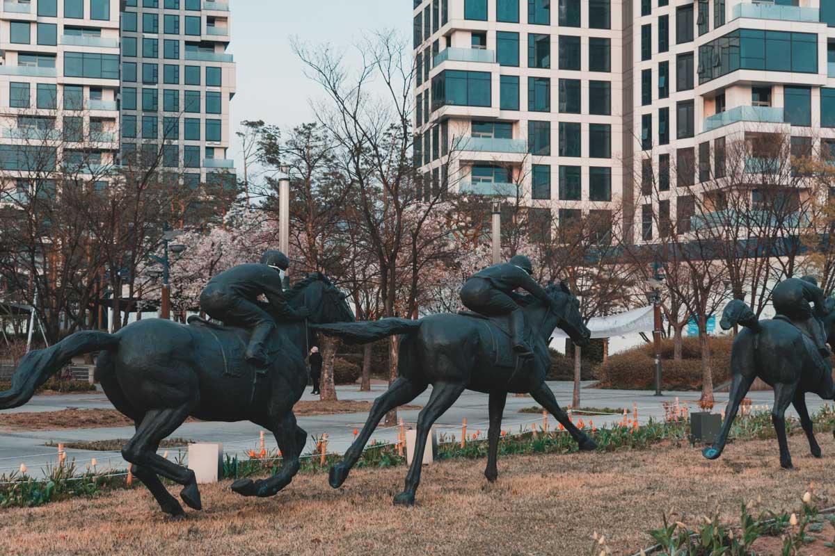 Seoul Forest : Statues de chevaux de course