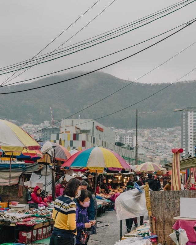 Marché sous la pluie à Busan